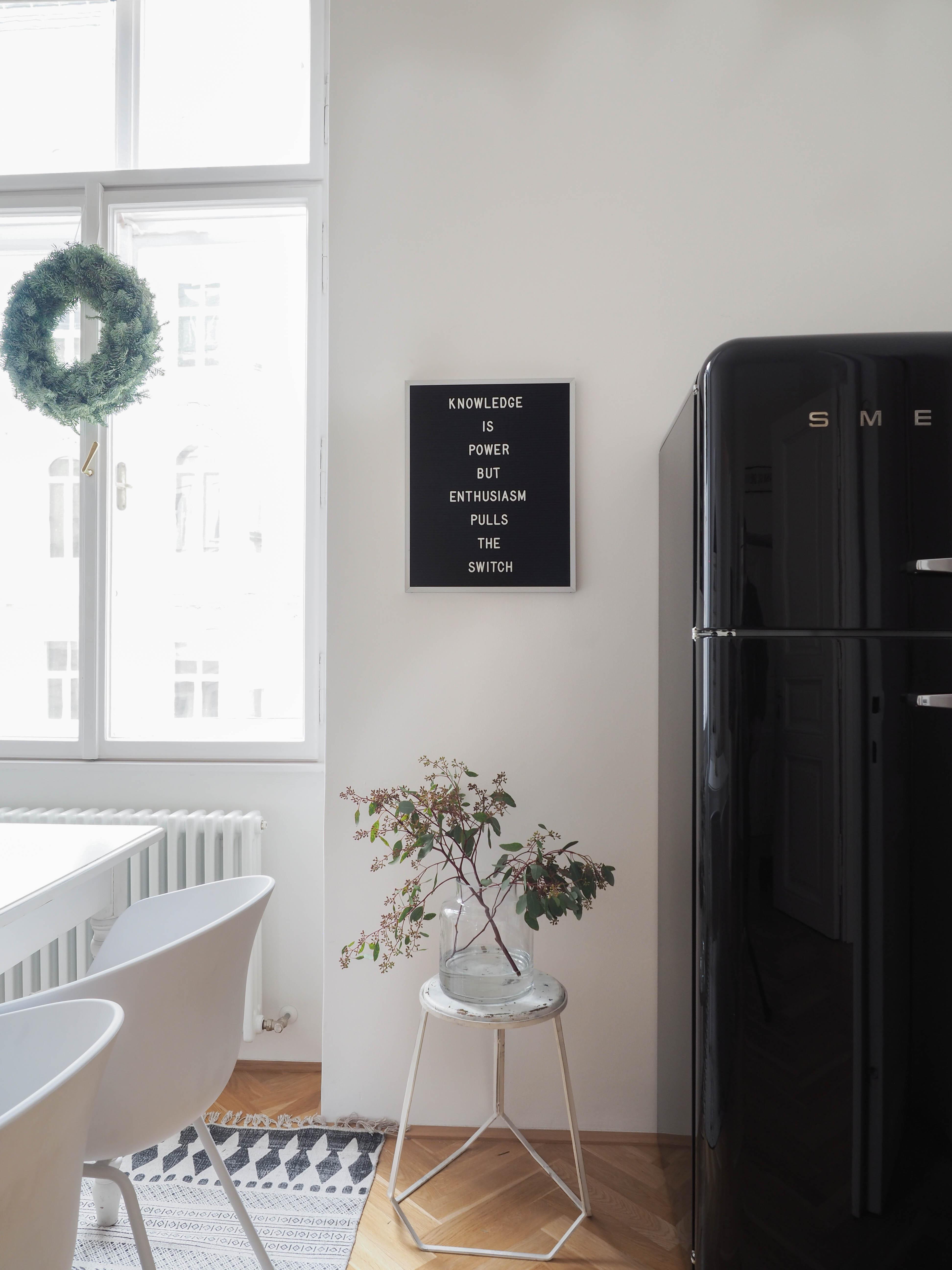add some black k hlschrank liebe letterfolk tafel. Black Bedroom Furniture Sets. Home Design Ideas