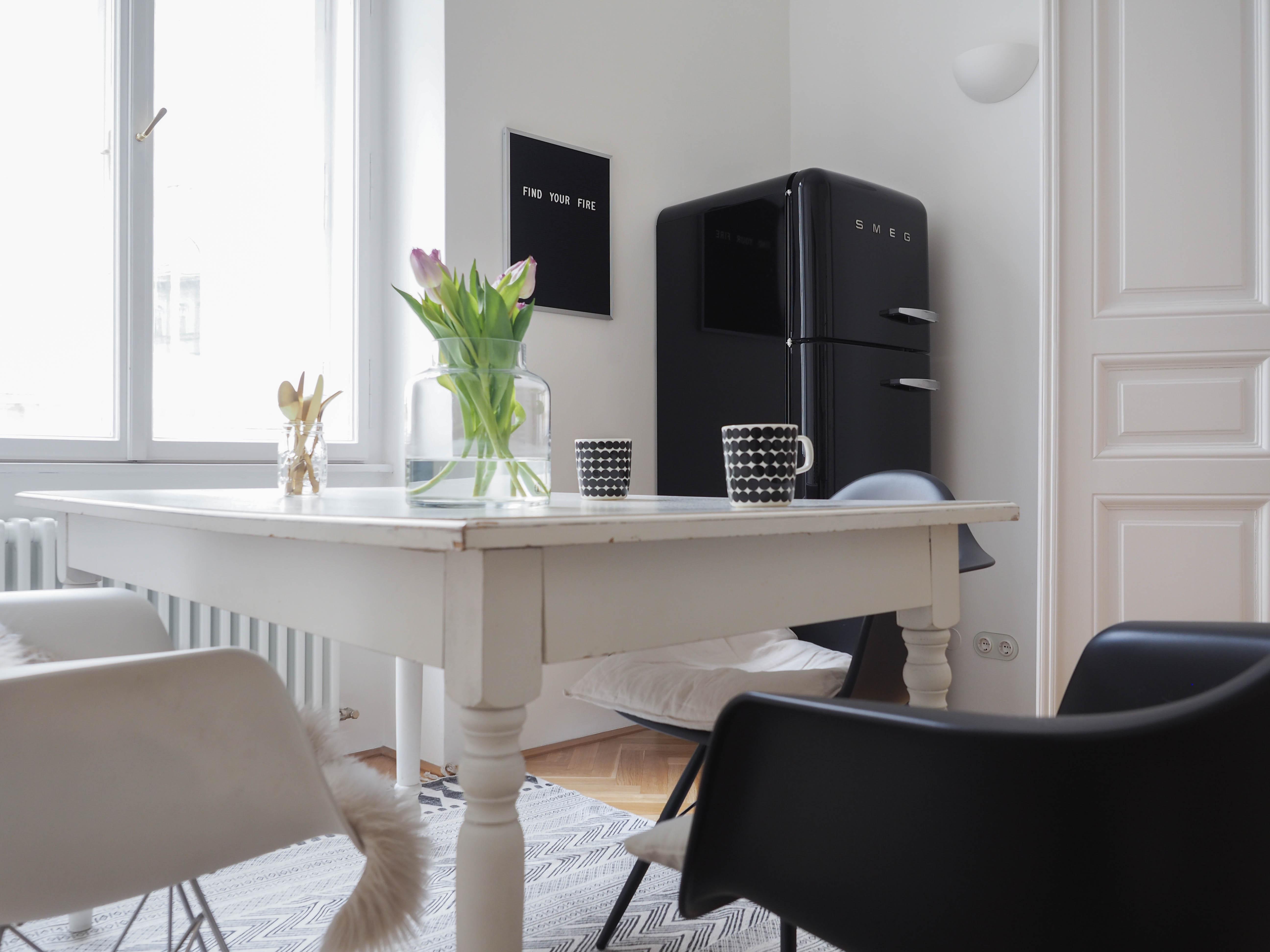 Smeg Kühlschrank Schwarz : More black schwarze vitra eames chair fÜr die kÜche traumzuhause