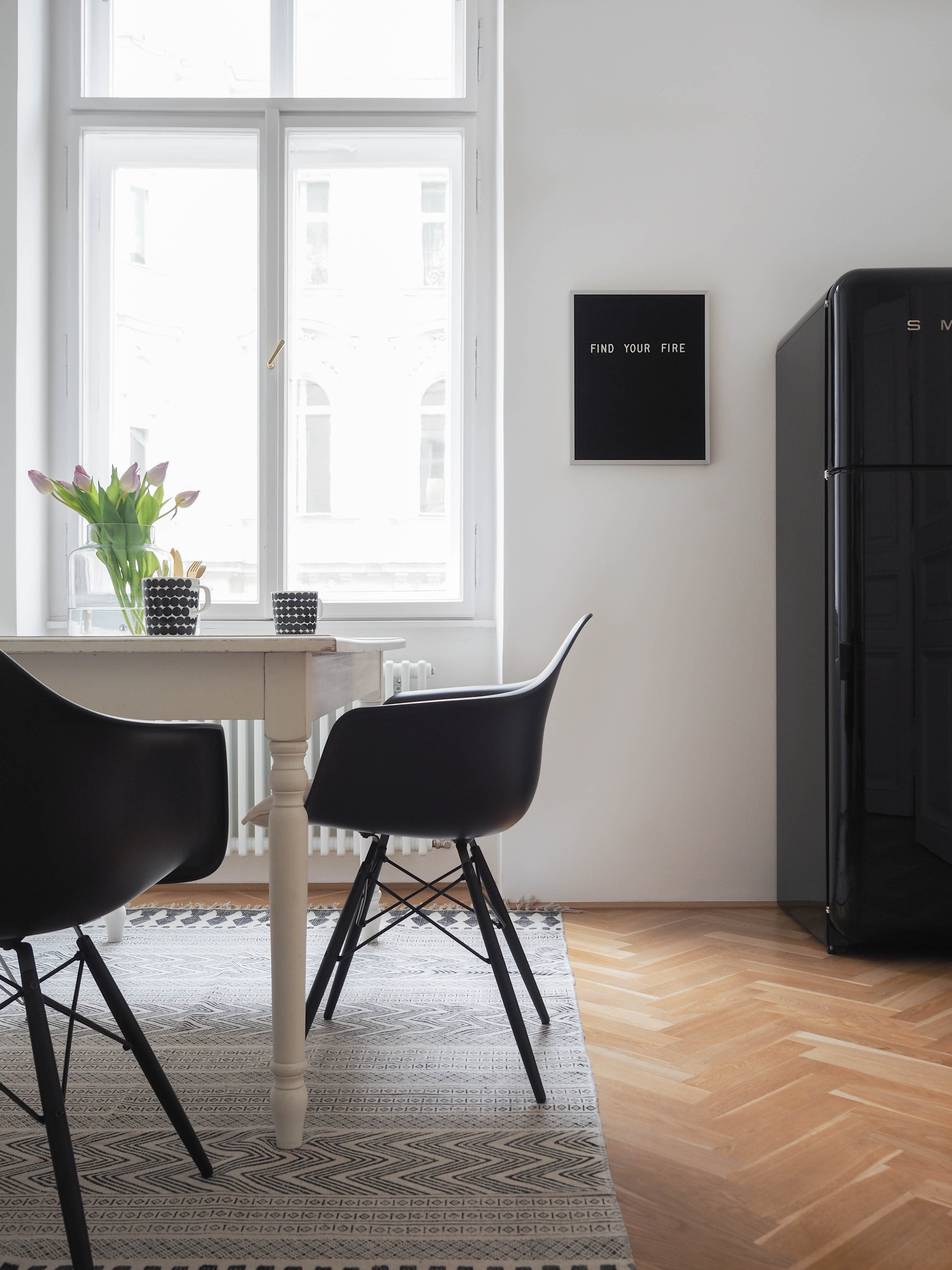 more black schwarze vitra eames chair f r die k che traumzuhause. Black Bedroom Furniture Sets. Home Design Ideas