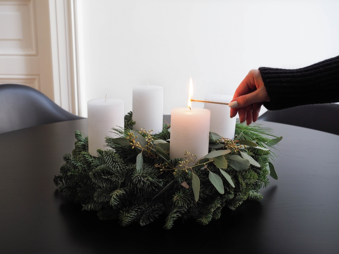 schlichter adventskranz aus tanne eukalyptus und kiefer simple advent wreath made of fir. Black Bedroom Furniture Sets. Home Design Ideas