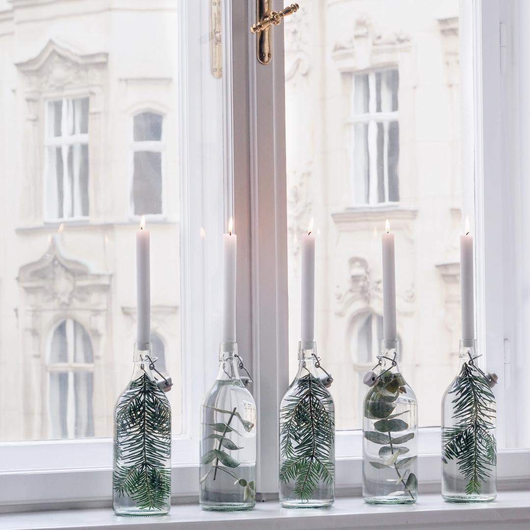 Flaschen mit Tannenzweigen und Eukalyptus